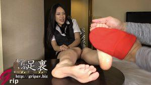 黒髪スレンダー美人OLの足裏くすぐりと優しい踏みコキ/大塚リク