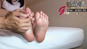 くすぐられて感じちゃう柔らか足裏と意外とドSな足コキ電気アンマ/素人OLのあいりちゃん